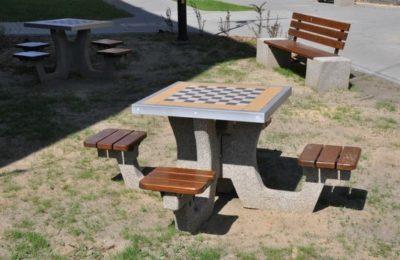 betonowy stół do gry w szachy
