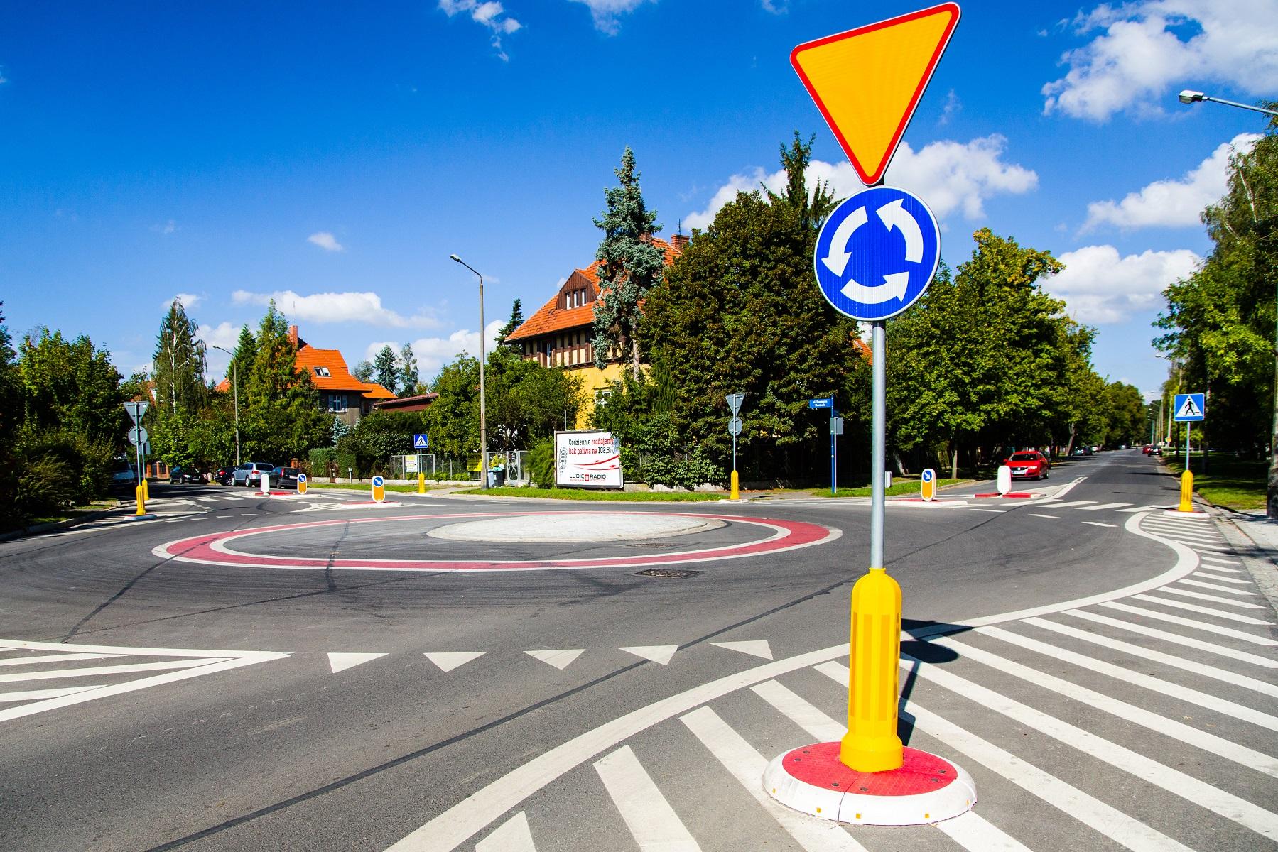 oznakowanie ronda, znaki drogowe oraz azyle