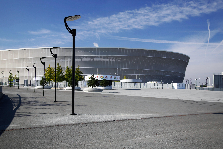słupy oświetleniowe na parkingu stadionowym we wrocławiu